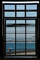a vig guindou (Valparaso, Chile) (Jaime.Andrs) Tags: chile windows girl ventana photography valparaiso mar photo little forum picture nia jaime valparaso olivos andres baron oceano fotografo chileno fotografa maestranza merval jaimeandres exmaestranza jaimeandrs jaimeandresolivos