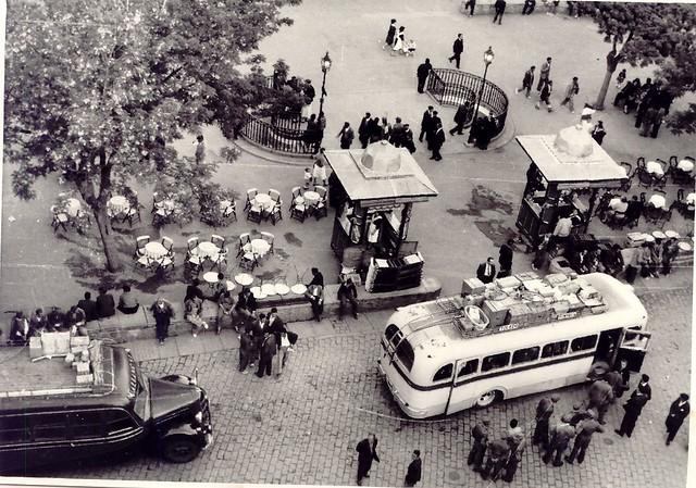 Urinarios de Zocodover antes de 1961. Se pueden ver los autobuses de Galiano y el Toledo-Sonseca