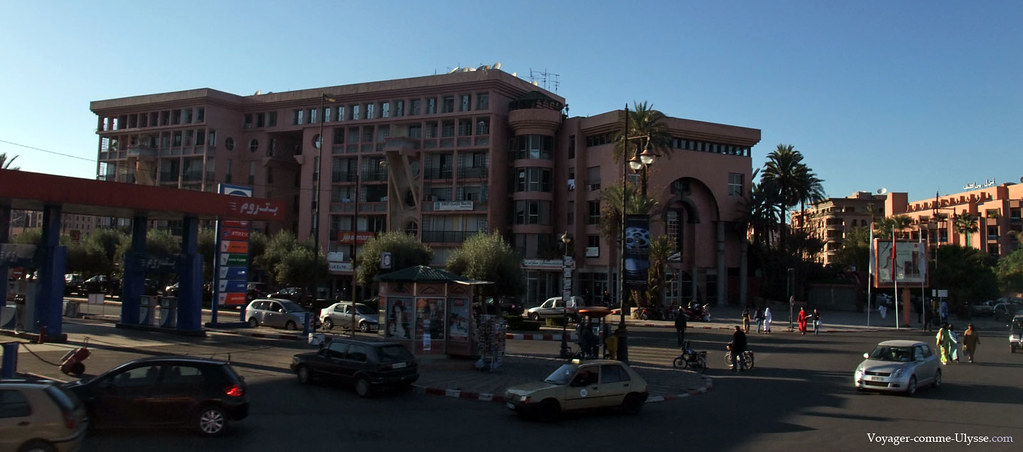 Bel immeuble moderne, en face, une station service
