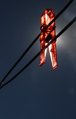 (tbg78) Tags: lighting blue light red sky contraluz explore clothespin motlys klesklype