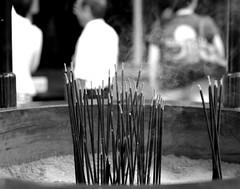 (It's Stefan) Tags: blackandwhite bw blancoynegro monochrome japan temple kyoto candles noiretblanc smoke kansai biancoenero fumes 黑与白 黑與白 siyahvebeyaz schwazweis 黒と白 ©stefanhöchst