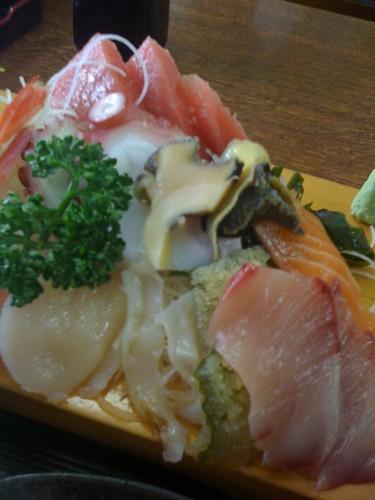 元町・中華街なのに、食べたのは刺し盛り定食。魚屋さんの刺身、うまし。
