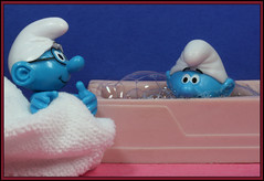 Bathtime (Rigib) Tags: blue macro canon toy miniature bath character towel explore figure bathtub 60mm smurfs schlumpf pitufo brainysmurf schtroumpf smurfvillage puffo lens00025 img2817 dieschlmpfe explore96 babysmurf    moulov ourdailychallenge alsanafer