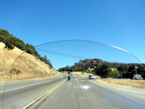 Sur la route, à travers le pare-brise de l'Electra-Glide