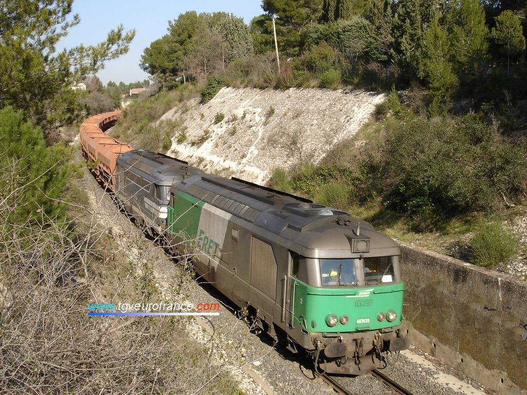 Deux locomotives Diesel BB 67400 en UM acheminant un train de wagons de bauxite à destination de Gardanne
