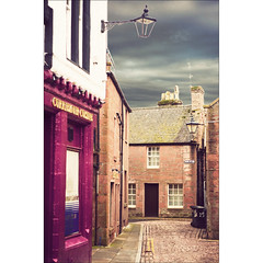 Kirremuir - Where Peter Pan's writer was born (manlio_k) Tags: sky scotland alley peterpan cobblestone jamesbarrie builfind kirremuir