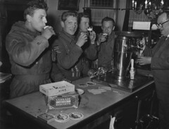 05-26-1962_18732 Soldaten in een bar (IISG) Tags: male men beer café amsterdam bar work soldier workers uniform king interior interieur labor working labour worker bier bartender werk arbeid barman soldaat mannen occupations verkade professions koek pepermunt beroepen benvanmeerendonk biertap