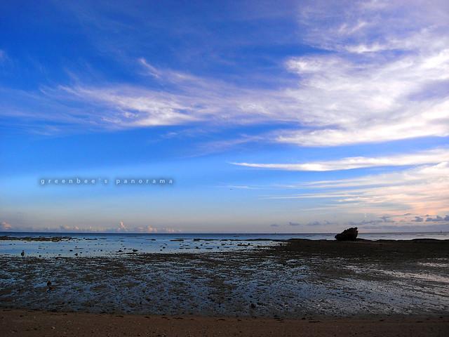 本日、夕暮れ前の玉城の浜辺。ほとんど風もなく、波もない。