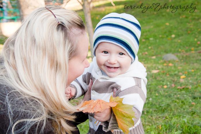 Золотая осень. Семейная фотосессия. Ванечка, мама Наташа и папа Сережа