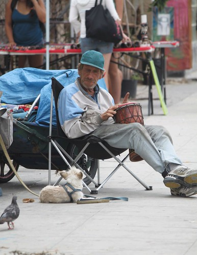 homeless-venice-beach-feed-pigeon