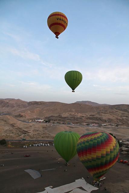 エジプト旅行 ルクソール 朝の空に上昇していく気球