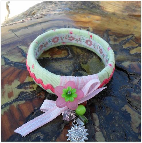 Pulseira verde e rosa com aplicação flor vintage e berloques by Fuxiquices-da-isa