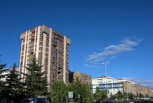 """Fachadas de edificios sobre la Avenida de Navarra, también conocida como """"La Variante""""."""