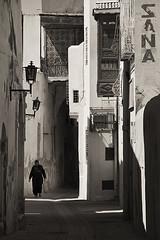 Callejuelas de Kairuan (Oscar Garca) Tags: africa street houses shadow bw byn buildings casa calle edificios tunisia oldwoman anciana sombras kairuan