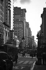 5th Avenue, New York (Cuoresportivo's) Tags: blackandwhite bw usa white newyork black canon vacances noiretblanc manhattan 5thavenue nb 2008 tatsunis 24105l ef24105mmf4lisusm canonef24105mmf4lisusm blackwhitephotos 40d