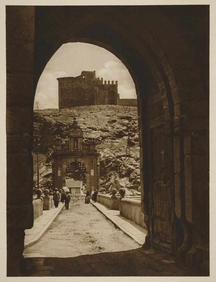 Puente de Alcántara y Castillo de San Servando  hacia 1915. Fotografía de Kurt Hielscher