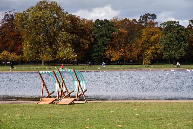 Δύο καρέκλες στο πάρκο
