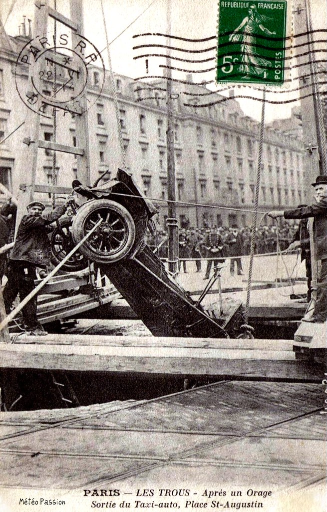 sortie du taxi victime de l'effondrement de chaussée place Saint-Augustin après l'orage du 15 juin 1914