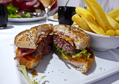 photo - Bacon Cheeseburger, Crowne Plaza Toulouse (Jassy-50) Tags: photo toulouse france crowneplazatoulouse crowneplazahotel crowneplaza hotel hotelrestaurant 7duplaza restaurant baconcheeseburger cheeseburger hamburger frenchfries fries