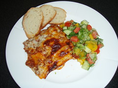 Hjemmelavet lasagne med hvidløgsflute og salat