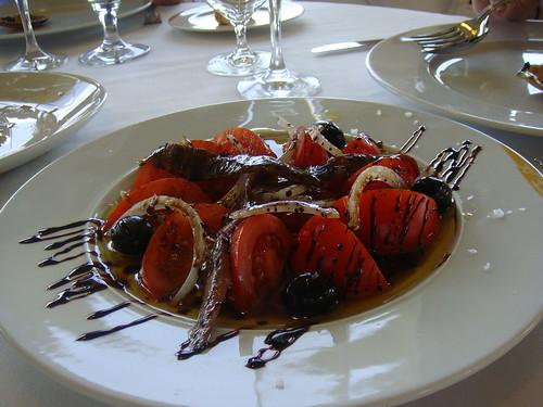 Ensalada a base de tomate, aceitunas negras y anchoas de Santoña