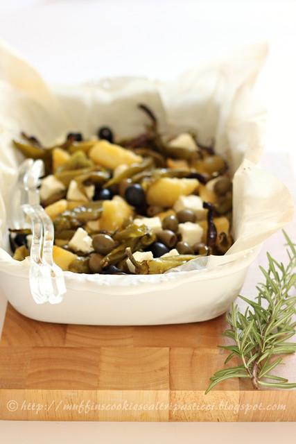 Friggitelli, patate e olive con dadi di feta