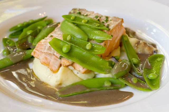 Salmon with mashed potatoes and snow peas