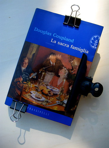 La sacra famiglia, di Douglas Coupland, nella versione di Alfredo Colitto, Frassinelli 2003, [responsabilità grafica non indicata], alla cop.: Dinner is Served, di Winston Smith; cop. (part.)