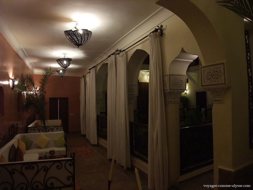 Les rideaux permettent d'isoler les différentes parties du riad