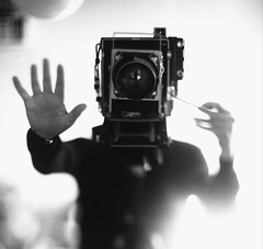 Cameraboy (Pommes en Vrac) Tags: portrait bw white selfportrait black film darkroom speed noir graphic autoportrait kodak 4x5 blanc largeformat folding graflex argentique speedgraphic argentic selfdevelop aeroektar