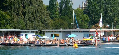 Pessoas nadando no Lago de Zurique