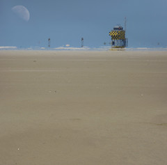 Marslander on Vlieland? (Bn) Tags: moon beach waddenzee warning lost starwars vlieland wadden waddeneiland sand solitude loneliness quiet mesh horizon thenetherlands noordzee bluesky northsea r2d2 nothing minimalism airforce topf100 emptiness infinite nato sandbank vastness globalwarming allalone warningsigns enjoythesilence endless flatness greenhouseeffect waddensea vliehors flessenpost waddenislands marslander 100faves sooc reddingshuisje dutchdesert sandplain sandandsky wheeltracks cornfieldrange trouwlocatie sacredmoon breedingarea dutchsahara airforcecontroltower broeikasteffect westvlieland driftdikes trainingterrain departmentfordefence thequietestplaceinthenetherlands saharavanhetnoorden alsnietszoubestaanzouergeenietszijn