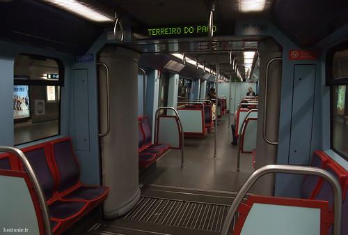 Dentro das carruagens