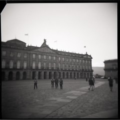 (...storrao...) Tags: people blackandwhite bw 6x6 film mediumformat square holga spain espanha fuji pb santiagodecompostela praça neopan analogue filme pretoebranco week42 120mm analógico holgagraphy selfdeveloped onfilm fujineopan project52 ilfordilfotechc film:iso=400 film:brand=fuji neopan400pro epsonv500photo storrao sofiatorrão developer:brand=ilford film:name=fujineopan400 developer:name=ilfordilfotechc filmdev:recipe=6034