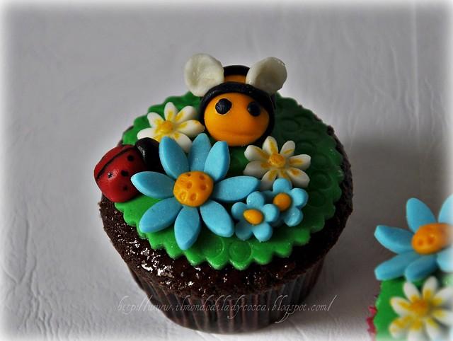 Dolci apette su dolci cupcake alla vaniglia e al cioccolato