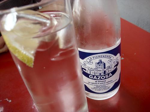 Gazosa in der Flasche und im Glas