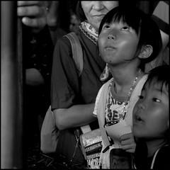 (It's Stefan) Tags: blackandwhite bw blancoynegro monochrome japan kids children japanese kyoto noiretblanc bambini expression kinder nios  enfants amazement kansai goggle biancoenero ninos asombro   siyahvebeyaz schwazweis  stefanhchst