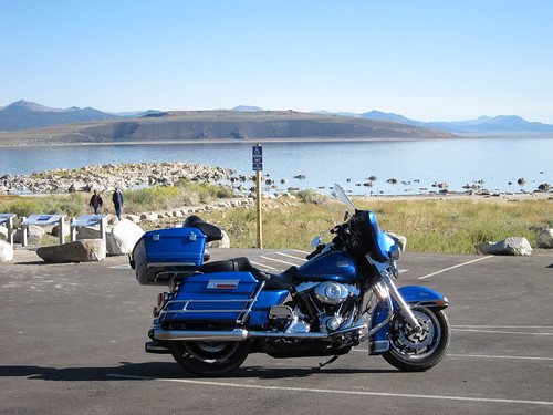 L'Electra-Glide devant les concrétions de Mono Lake