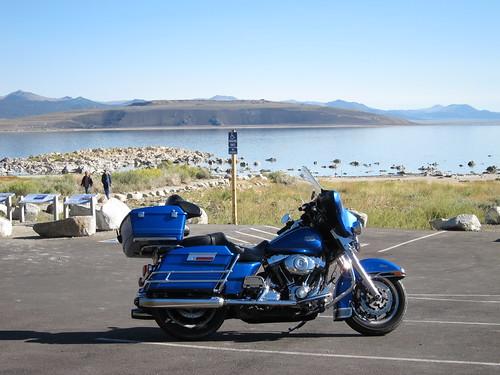 L'Electra-Glide devant les concrétions de Mono Lake