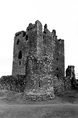 "The Castle of ""the Grim"" (SK51) Tags: uk blackandwhite bw art scotland europe dumfries lightroom threavecastle canon400d"