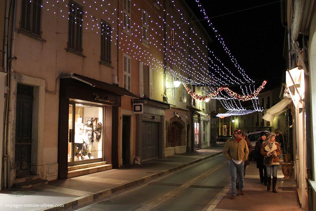 Dans cette petite ville de Provence, les vitrines sont de luxe