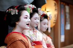 funny / fun / laugh / japanese / girls / ohaguro / geisha / maiko (momoyama) Tags: girls smile japan canon fun japanese kyoto funny maiko geisha 7d laugh frontpage  ichiteru ohaguro canon7d