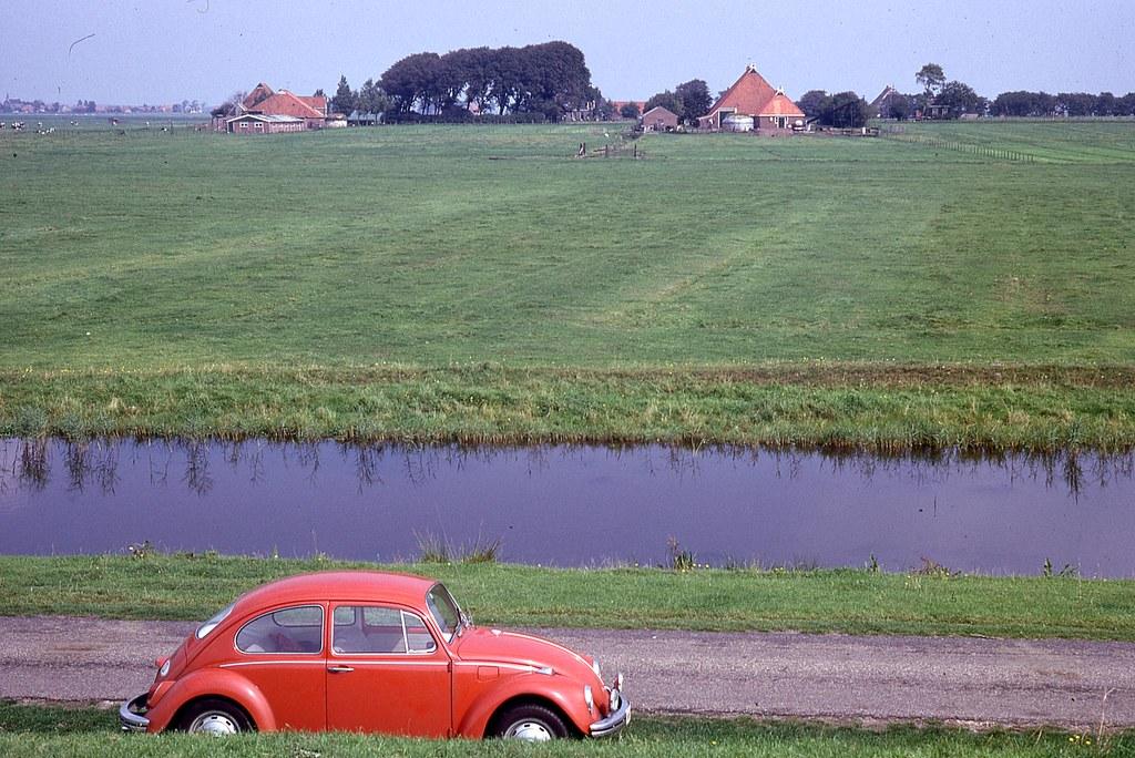 VW 1500 Käfer hinter niederländischem Ijsselmeerdeich
