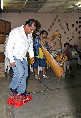108.JuanCarranza-ZapateadoSobreTarimaCocaCola