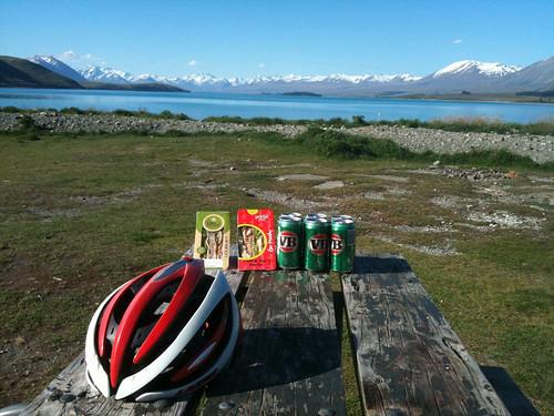 テカポ湖を眺めながら飲むビール