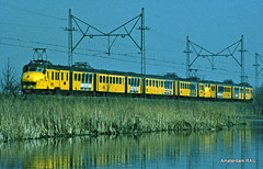 "NS ""Hondekop"" in Halfweg anno 1982 (Amsterdam RAIL) Tags: train tren ns eisenbahn railway zug trein noordholland spoorwegen spoorweg halfweg nederlandsespoorwegen chemindefer hondekop treinstel amsterdamrail halfwegnh hondeloppen"