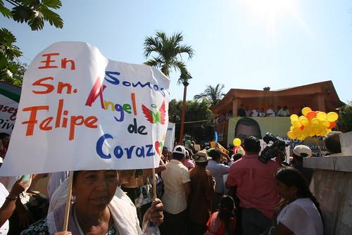 Miles de costachiquenses de Ayutla, acompañaron a Angel Aguirre Rivero, ...