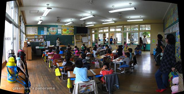 今日の授業参観のパノラマ。海が間近の古い校舎。懐かしいたたずまい。