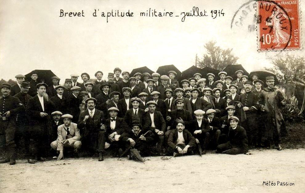 passage du brevet d'aptitude militaire à Châteauroux sous la pluie en juillet 1914