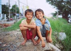 Vietnam #8: audience II (zane&inzane) Tags: leica travel friends boy portrait people film boys 35mm friend vietnamese kodak bokeh iso400 f14 documentary environmental vietnam summilux m6 400vc nd8